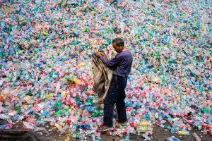 vervuilende plastic flessen